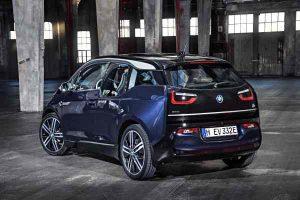 Elektroauto BMW i3 ganz spritzig im urbanen Raum